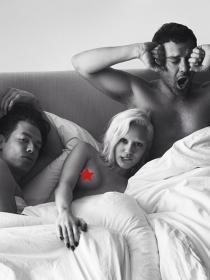 Miley Cyrus, desnuda y en la cama con dos tíos: un trío, lo que le faltaba