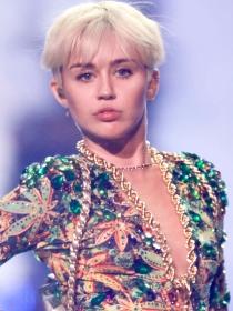 Miley Cyrus, entre masturbaciones y tangas comestibles en su gira 'Bangerz Tour'
