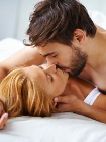 Soñar que te acuestas con alguien: el significado de tus escarceos en sueños