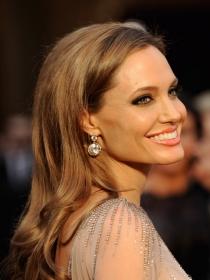 Angelina Jolie continuará su lucha contra el cáncer en el quirófano
