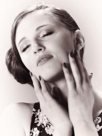 Uñas de mujer fatal: manicura misteriosa y sensual