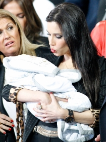 Pilar Rubio y su hijo Sergio Ramos, en la celebración del Real Madrid
