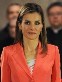 La primera imagen de Letizia como reina: look alegre, cara sombría