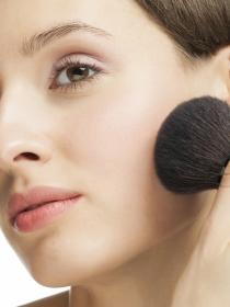 Cómo maquillarse con polvos de sol o bronceadores: el maquillaje del verano