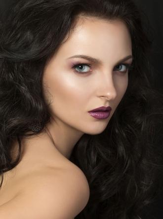 Cómo maquillar labios morados