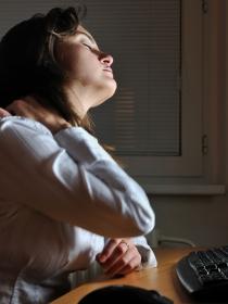 Cómo evitar dolores de espalda por el uso del ordenador