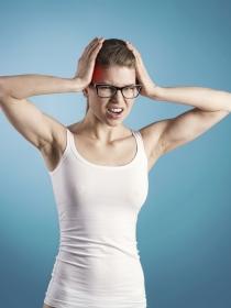 Dolores de cabeza asociados a una vasculitis: qué es y cuáles son sus causas