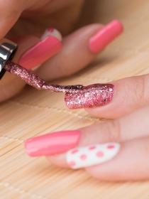 Uñas con purpurina: cómo hacer que una manicura sea brillante