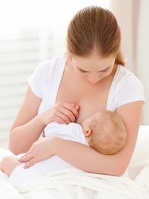 Soñar con dar el pecho: el significado de tus sueños de lactancia materna