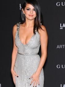 Selena Gómez: el triunfo de los vestidos plata