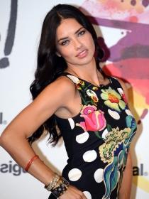 Looks de ángel: Adriana Lima y los vestidos de tubo