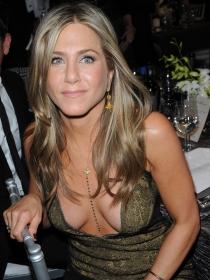 Jennifer Aniston, cómo lucir vestidos con escotes de vértigo