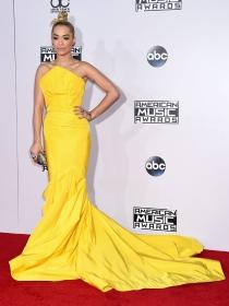Rita Ora, un vestido amarillo sin superstición