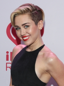 Miley Cyrus, topless con diamante en Instagram
