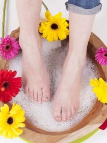 Por qué salen hongos en las uñas de los pies