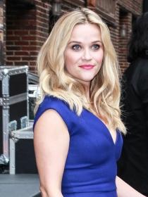 Reese Witherspoon, vestidos azul klein para triunfar