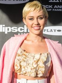 Miley Cyrus y su cerda posan a lo Kim Kardashian en Paper