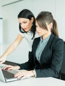 Cómo ayudar a un compañero de trabajo tímido