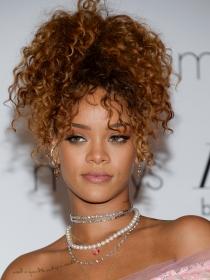 Rihanna posa en topless y presume de culo a lo Nicki Minaj