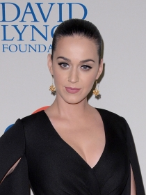 El look Batman de Katy Perry para David Lynch Foundation