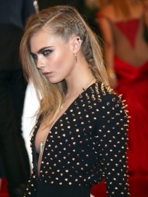 Apúntate al 'side braid': la trenza punk de Cara Delevingne