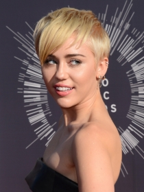 Vanguard Awards: El llamativo y peculiar look de Miley Cyrus