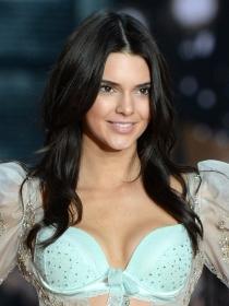 Copia el maquillaje luminoso de Kendall Jenner para VS