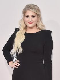 Un vestido negro para triunfar: la opción de Meghan Trainor