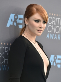 Ficha la original coleta de Bryce Dallas Howard en 3 pasos