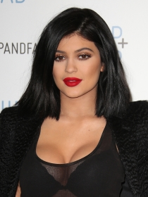 Contouring de pecho: volumen con maquillaje a lo Kylie Jenner