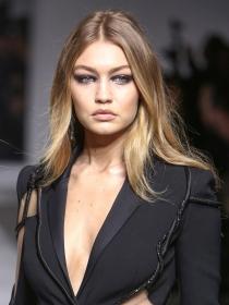 Copia el maquillaje gótico de Gigi Hadid para Versace