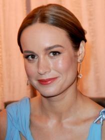 Ficha el fabuloso moño bajo despeinado de Brie Larson
