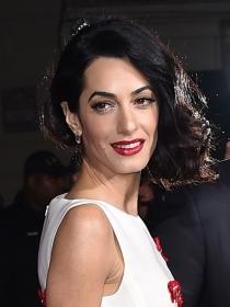 Peinados para una comunión: el semi recogido de Amal Clooney