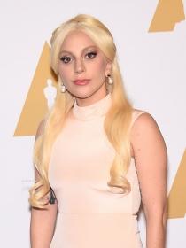 Consigue, paso a paso, el peinado años 50 de Lady Gaga