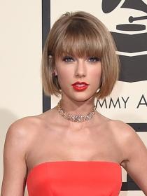 Así se peina el corte a lo Anna Wintour de Taylor Swift