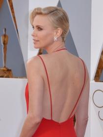 Vestido escote de espalda: La sensualidad de Charlize Theron