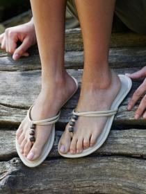 Soñar con sandalias: camina con más libertad