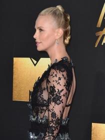 Ficha el peinado con moños a lo Star Wars de Charlize Theron