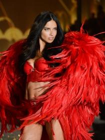 Soñar con seda roja: exotismo y pasión en tus sueños