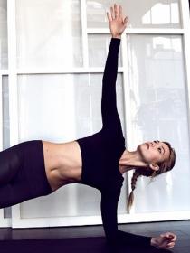 Fortalece tus tríceps con los ejercicios de Karlie Kloss