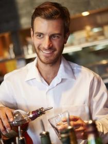 Sueños eróticos con un camarero: tus fantasías más típicas