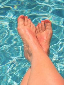 Uñas pintadas en la piscina: cómo conseguir que no se estropeen