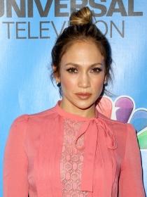 Aprende a hacerte un moño alto como Jennifer Lopez
