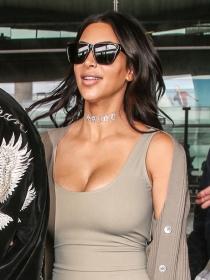 Cómo broncear tu escote con maquillaje a lo Kim Kardashian