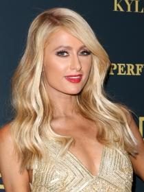 Maquillaje sexy para vestidos dorados: tips de Paris Hilton