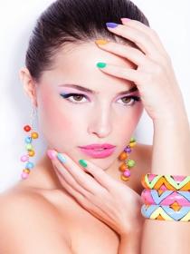 5 colores prohibidos para las uñas en una boda de verano