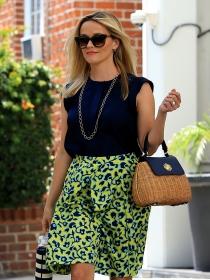 Combina una falda de flores estampada como Reese Witherspoon