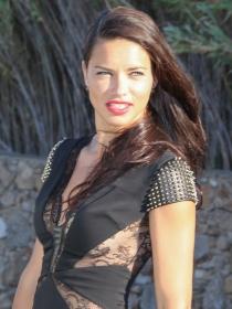 Vestidos negros para invitadas: así luce Adriana Lima de boda