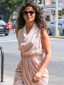 Aprende a combinar tu wrap dress con estilo como Camila Alves