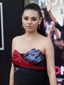 Pelo: el semi recogido de Mila Kunis con pelo liso paso a paso